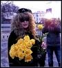 В этот чудесный день существует душевная традиция дарить людям жёлтые цветы!  Алла Пугачёва придумала этот праздник для того, чтобы скрасить хмурые будничные   дни на лицах прохожих и вручала каждому жёлтый цветок - символ солнца и свободы!   Дарить солнце - значит дарить веру в будущее. Каждый цветок - это лучик надежды,   который теплется в нашей душе. Сегодня Паша вышел на площадь и так же дарил   цветы всем прохожим. Желал отличного настроения и удивил приятной встречей с любимой всеми Аллой Пугачевой!