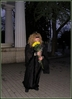 : В этот чудесный день существует душевная традиция дарить людям жёлтые цветы!   Алла Пугачёва придумала этот праздник для того, чтобы скрасить хмурые будничные   дни на лицах прохожих и вручала каждому жёлтый цветок - символ солнца и свободы!   Дарить солнце - значит дарить веру в будущее. Каждый цветок - это лучик надежды,   который теплется в нашей душе. Сегодня Паша вышел на площадь и так же дарил   цветы всем прохожим. Желал отличного настроения и удивил приятной встречей с любимой всеми Аллой Пугачевой!